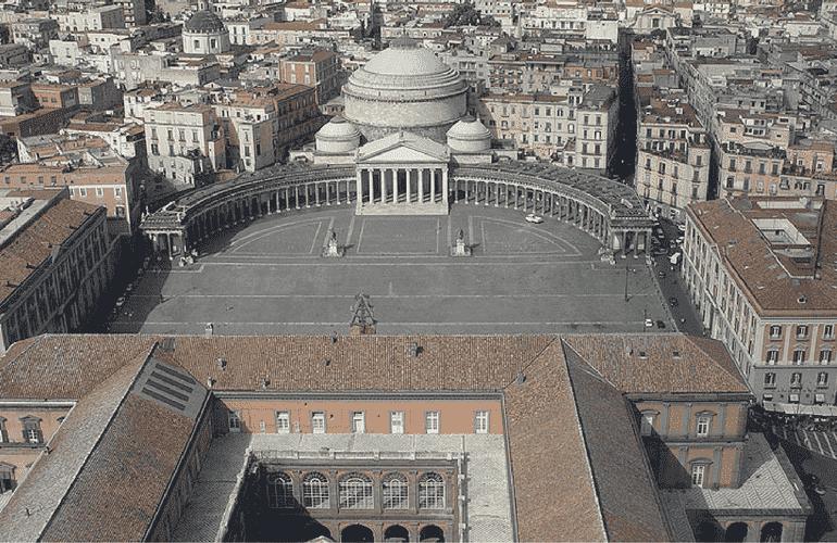 Piazza del Plebiscito ed il Palazzo Reale a Napoli