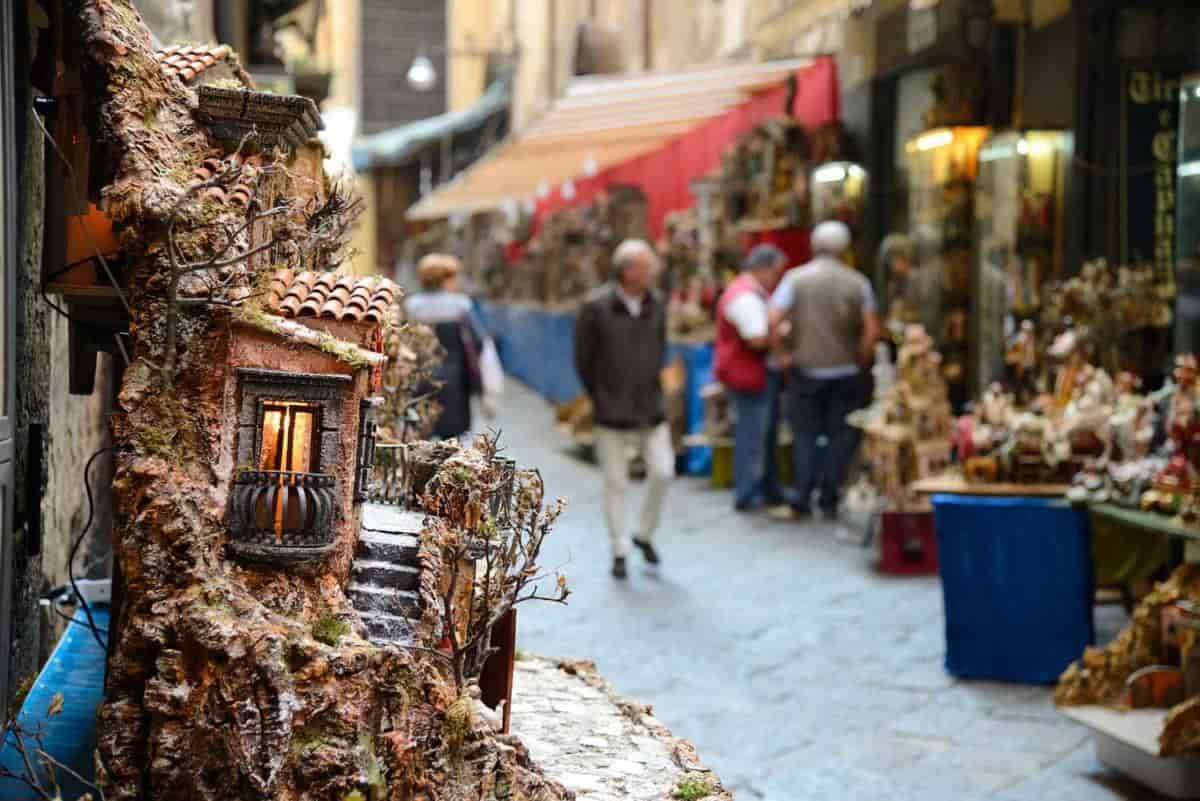 Via San Gregorio Armeno la strada dei Presepi da visitare a Napoli